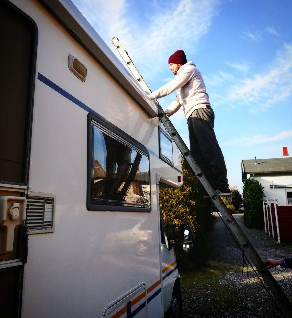 Jonas, wie er denFeuchtigkeitsschaden vom gebrauchten Wohnmobil begutachtet